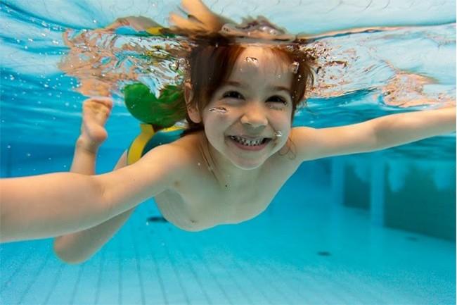 cho bé học bơi